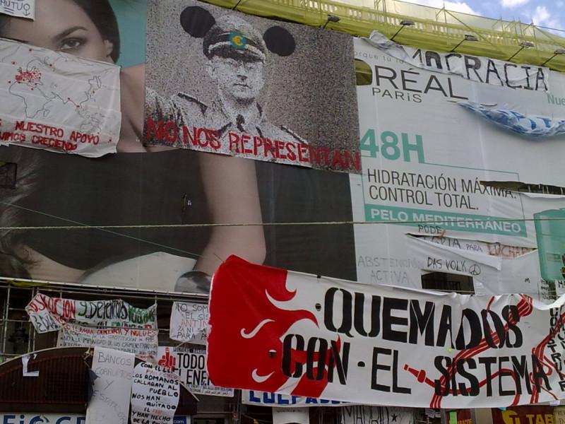 Carteles reivindicativos en la Puerta del Sol durante el 15-M