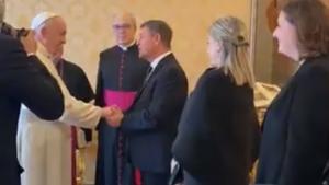 Polémica por la recepción del Papa a Page y a la alcaldesa de Toledo sin mascarilla y dándose la mano