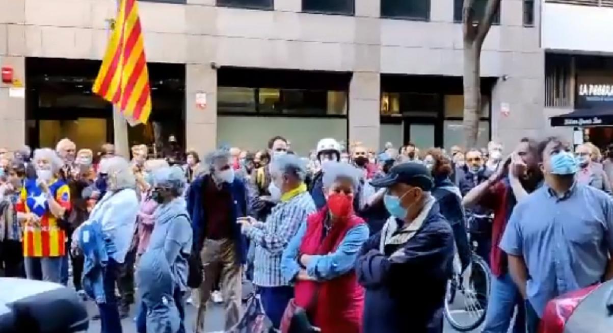 """Escrache independentista ante la sede de ERC: """"Junqueras, traidor, púdrete en prisión"""""""