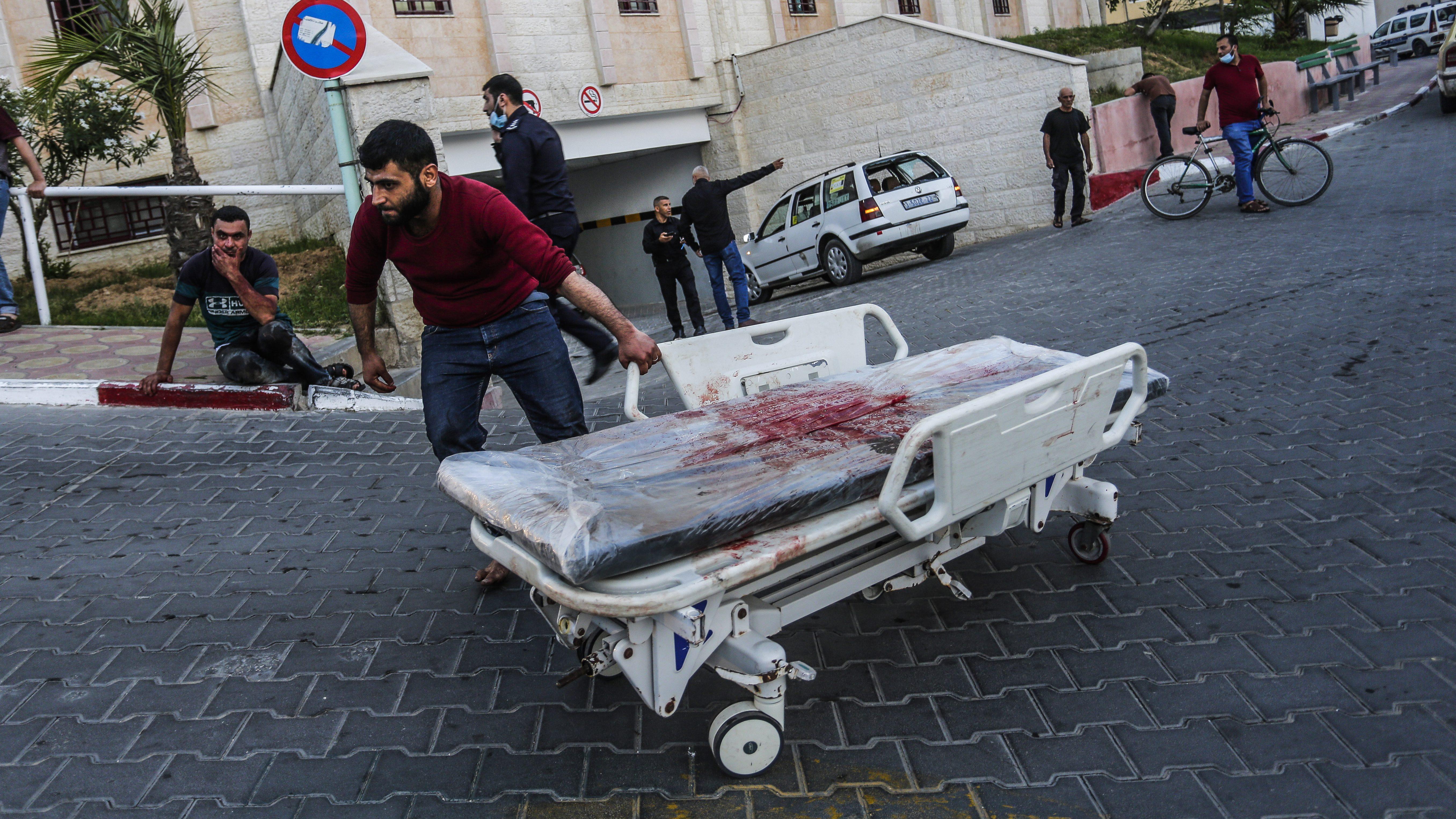 Una camilla de un herido en Gaza.