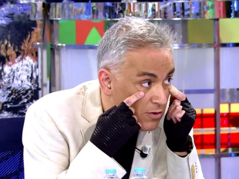 Kiko Hernández tiene una enfermedad degenerativa que le obliga a llevar guantes