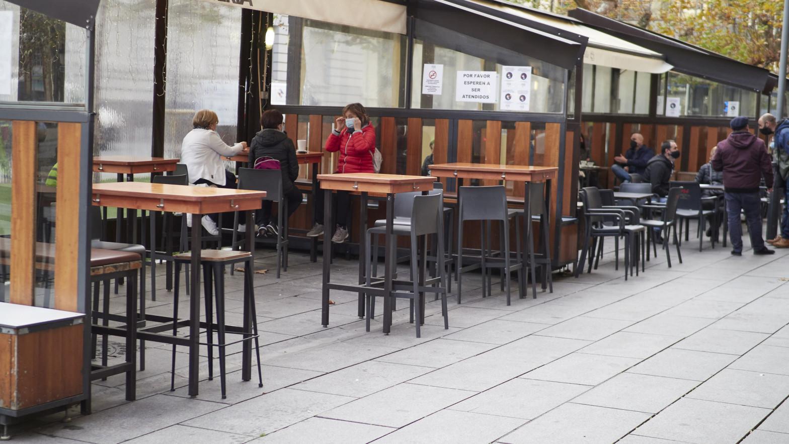 El Tribunal tampoco ratifica el horario de cierre de las terrazas de los establecimientos de hostelería, al ser una medida ligada al toque de queda