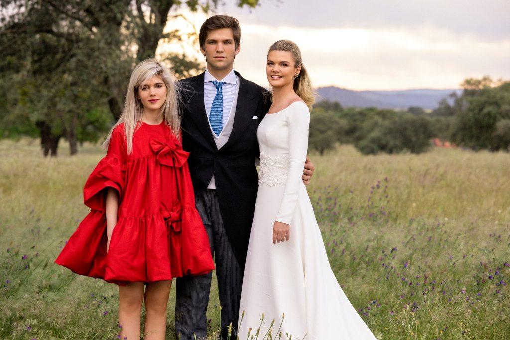 Alejandra Ruiz, con sus hermanos Isabella y Juan, en la boda