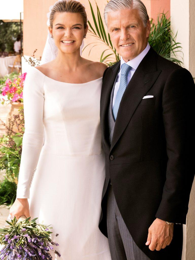 Alejandra Ruiz y su padre Espartaco, en la boda