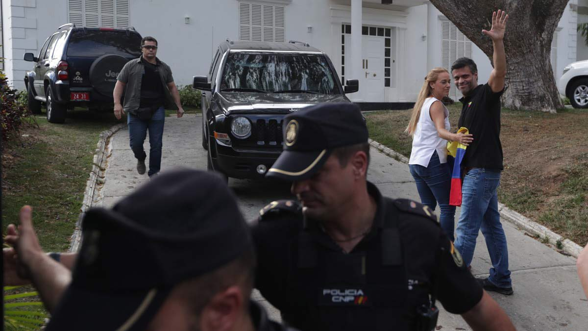 España retira a los GEO enviados a Venezuela para proteger la Embajada