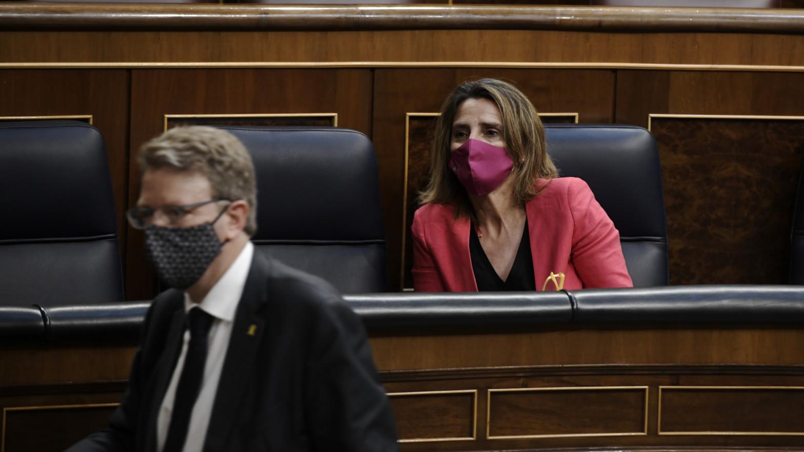 La vicepresidenta y ministra para la Transición Ecológica y el Reto Demográfico, Teresa Ribera, y el portavoz del PDeCAT en el Congreso, Ferran Bel.