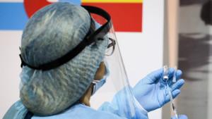 Alternar dosis de vacunas diferentes de la covid aumenta la posibilidad de sufrir reacciones leves, según un estudio