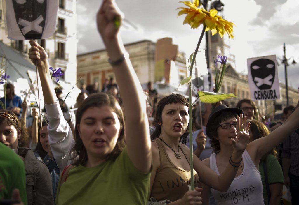 Manifestantes del 15M gritan eslóganes en las protestas