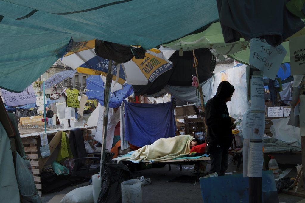 Manifestantes duermen bajo las carpas del 15M en la Puerta del Sol