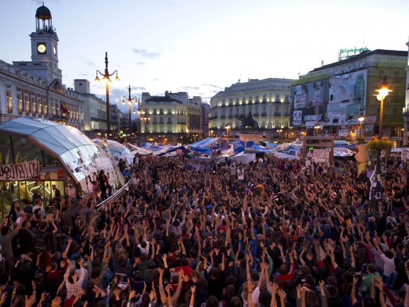 Los manifestantes levantan las manos en las protestas del 15M