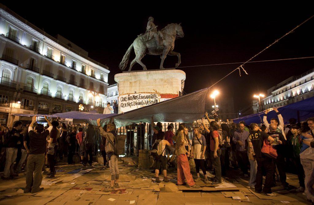 Los manifestantes del 15M montan las tiendas de campaña en la Puerta del Sol