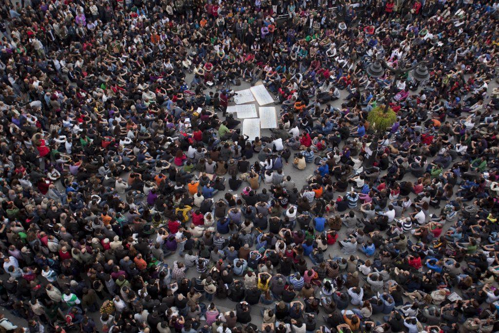 Imagen de una asamblea en la Puerta del Sol durante el 15M