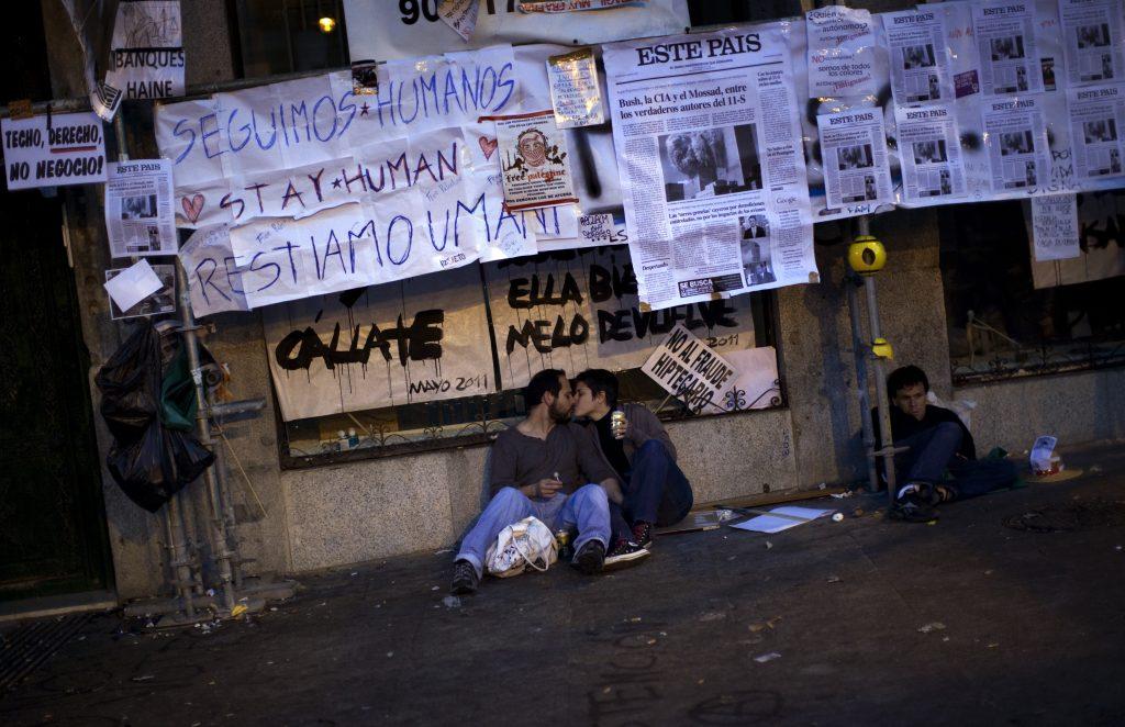 Dos manifestantes del 15M se besan en la Puerta del Sol