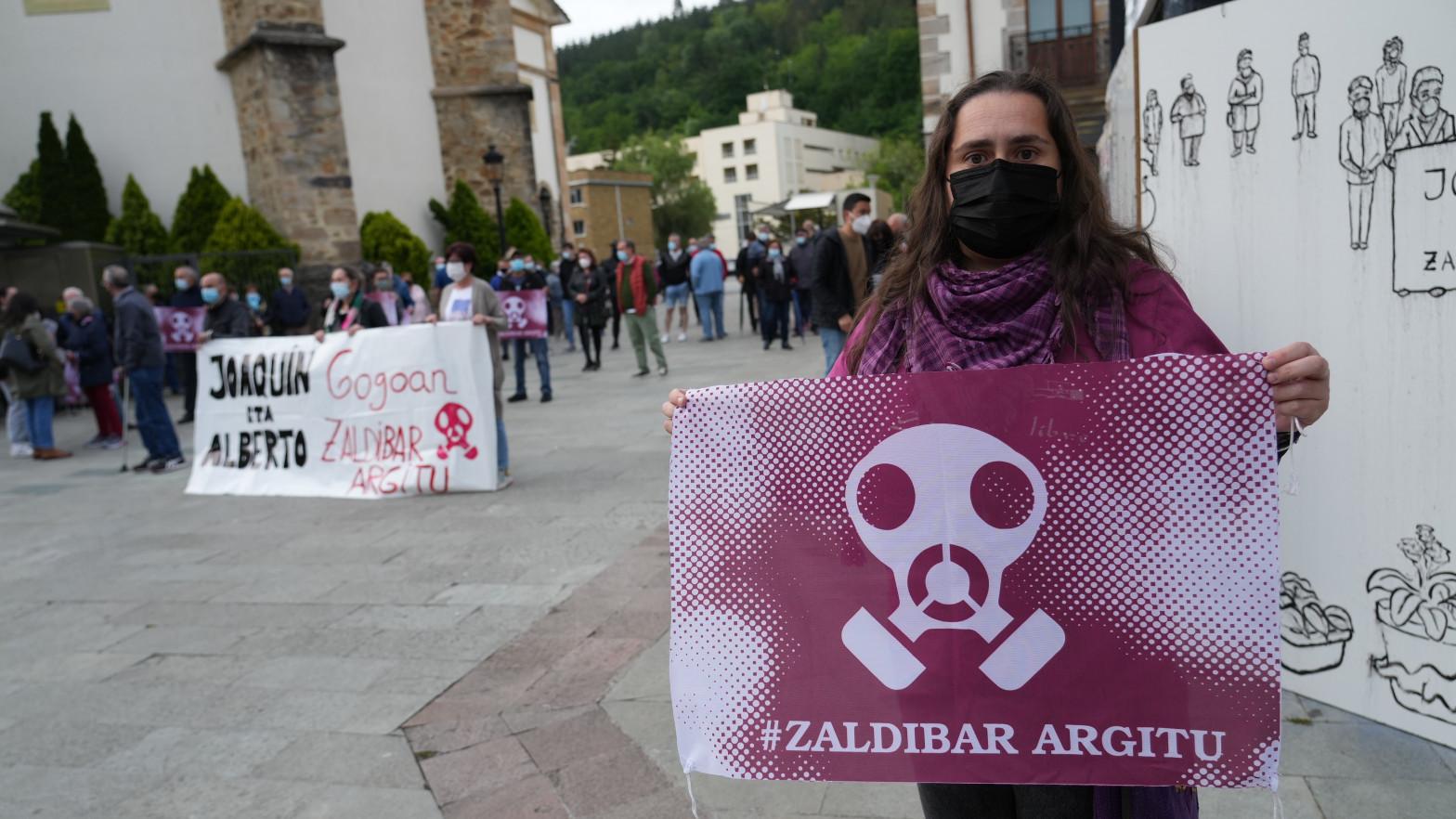 Vecinos de Zalla se manifiestan tras la finalización de la búsqueda de una de las víctimas del vertedero de Zaldibar