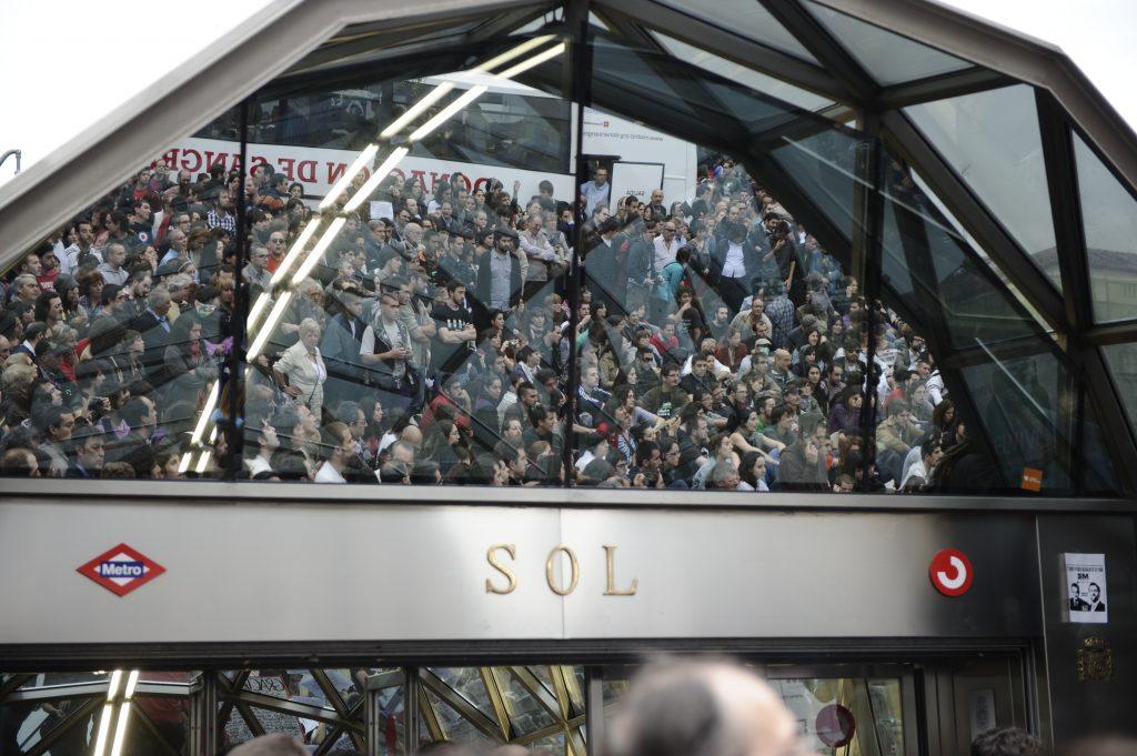Reflejo en la estación de la Puerta del Sol de los manifestantes del 15M