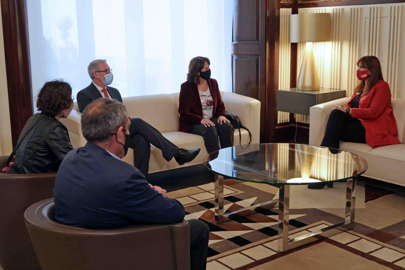 La presidenta del Parlament recibe a ANC y Òmnium pero planta a Societat Civil Catalana