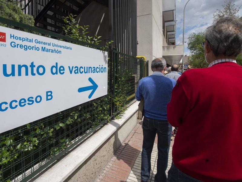 Varias personas esperan para recibir la vacuna contra la covid.