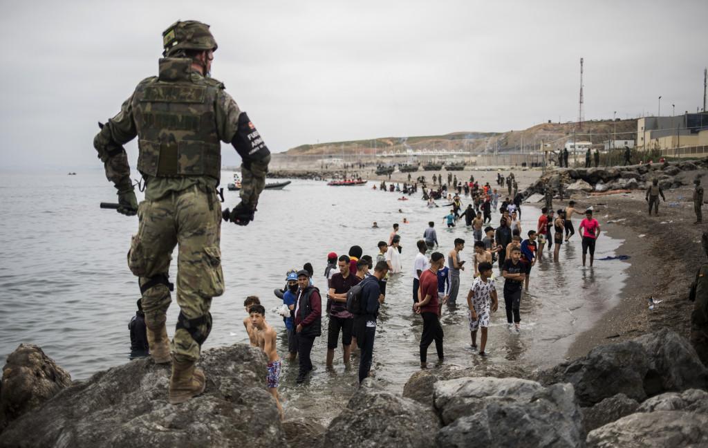 Un grupo de personas llega a la frontera entre Ceuta y Marruecos.
