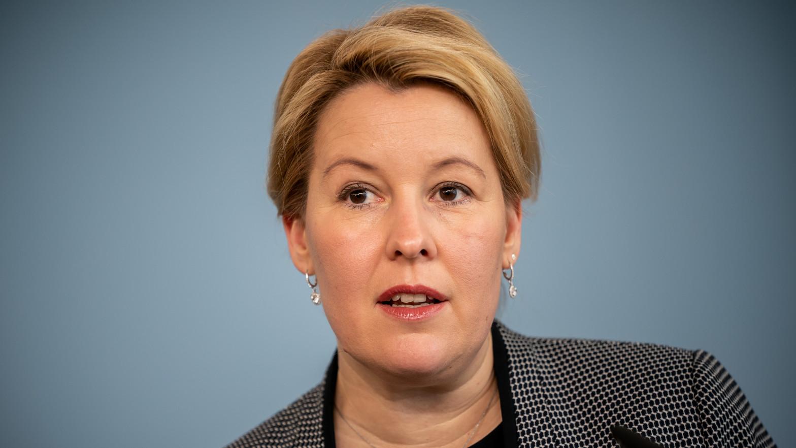 La ministra alemana de Familia dimite por presunto plagio en su tesis doctoral