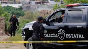 Encuentran 70 bolsas con restos humanos de 11 cuerpos al oeste de México