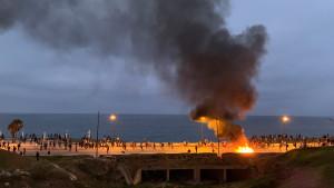 Cientos de inmigrantes se enfrentan a policías y provocan graves disturbios en Ceuta