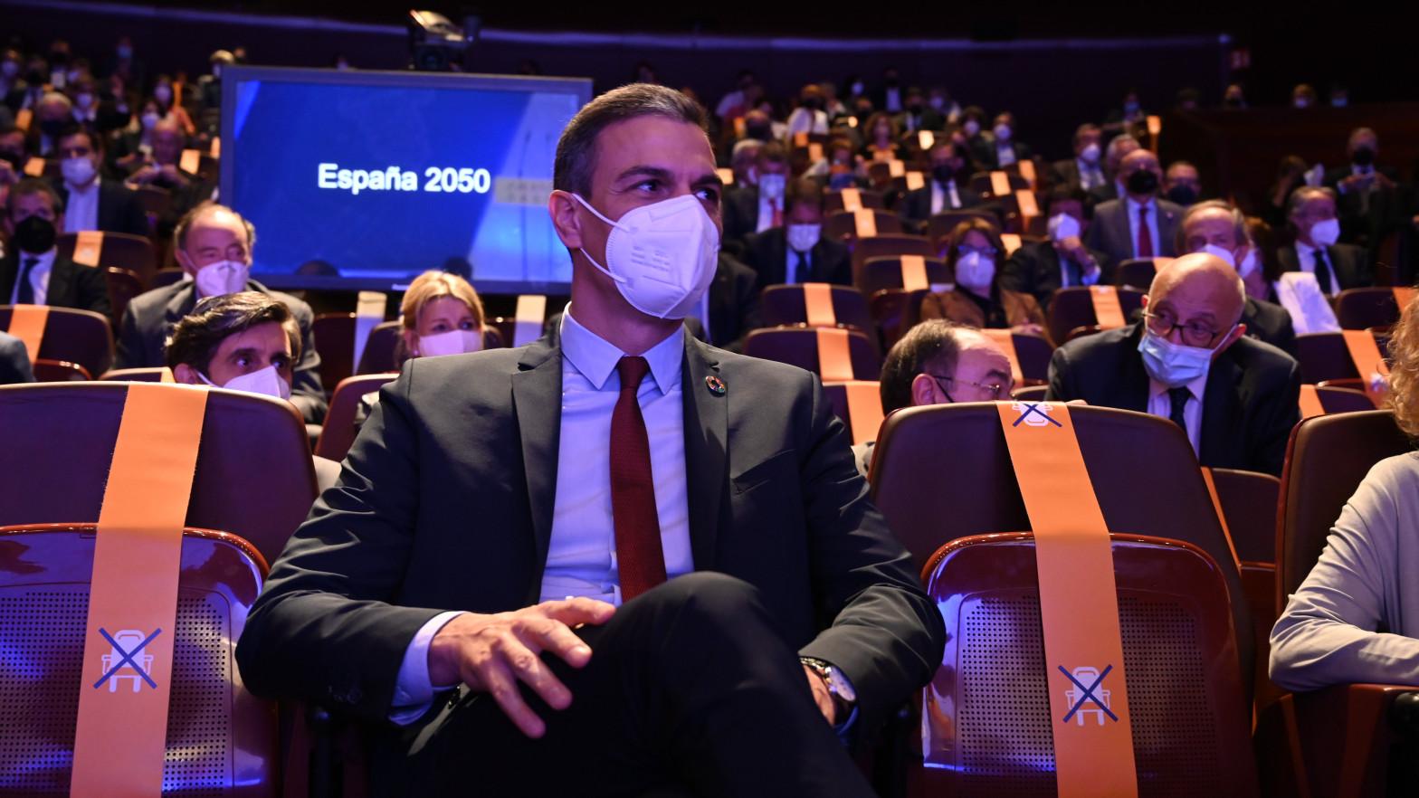 Pedro Sánchez huye de la pandemia y se erige como líder de una nueva Transición