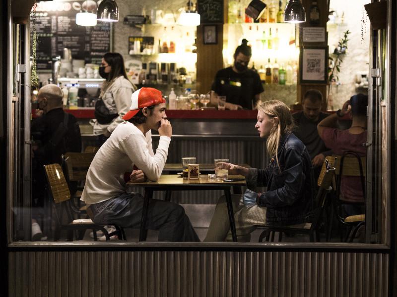 Dos jóvenes en el interior de un bar en el barrio de las Letras de Madrid.