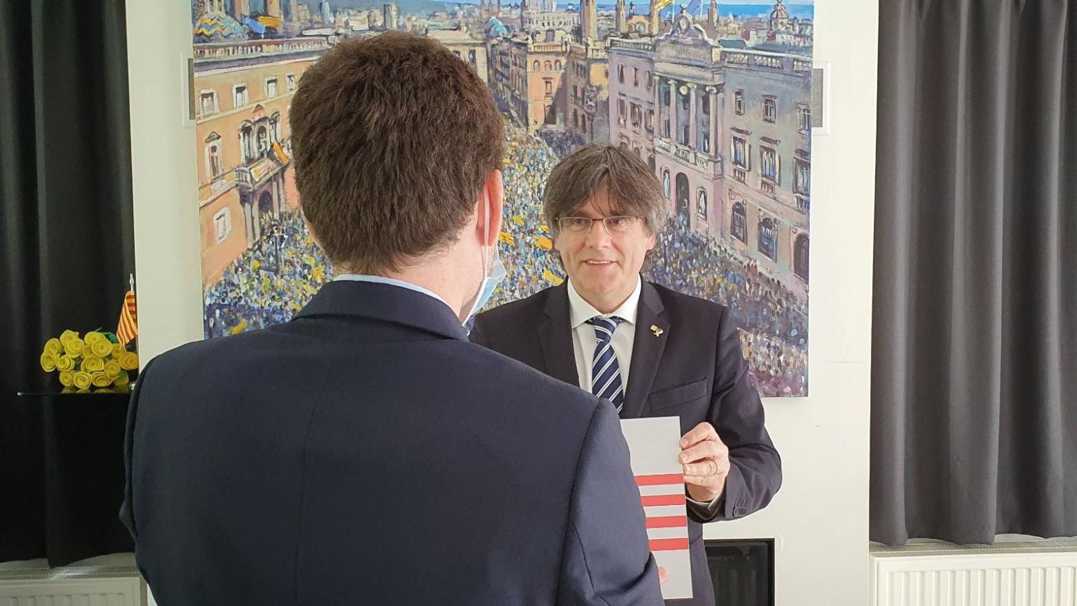 """Devuelven a Puigdemont la placa que le habían robado de su """"casa de la República"""" en Waterloo"""