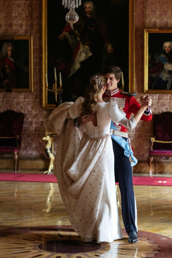 Carlos Fitz-James Stuart con Belén Corsini, bailando en su boda