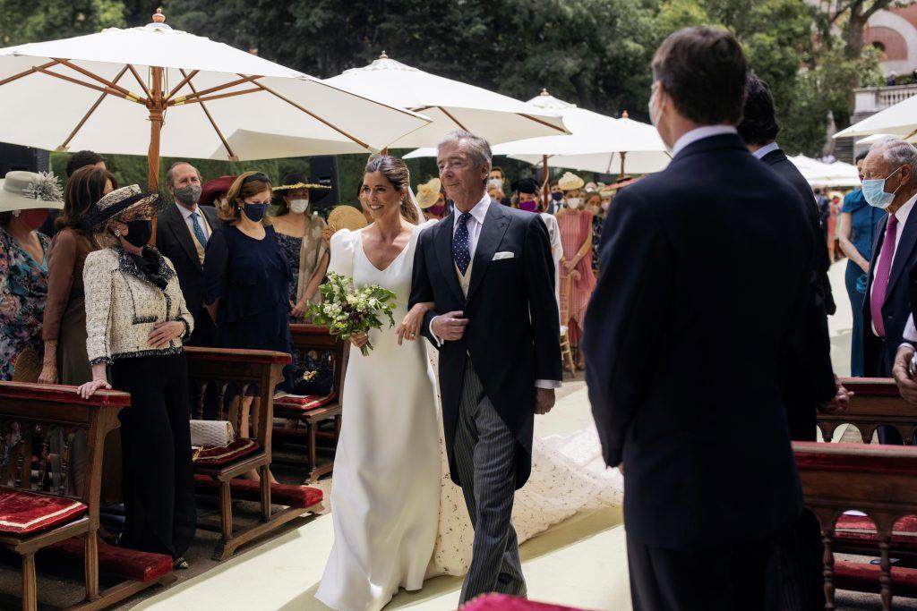 La novia Belén Corsini, acompañada por su padre Juan Carlos Corsini Muñoz de Rivera.