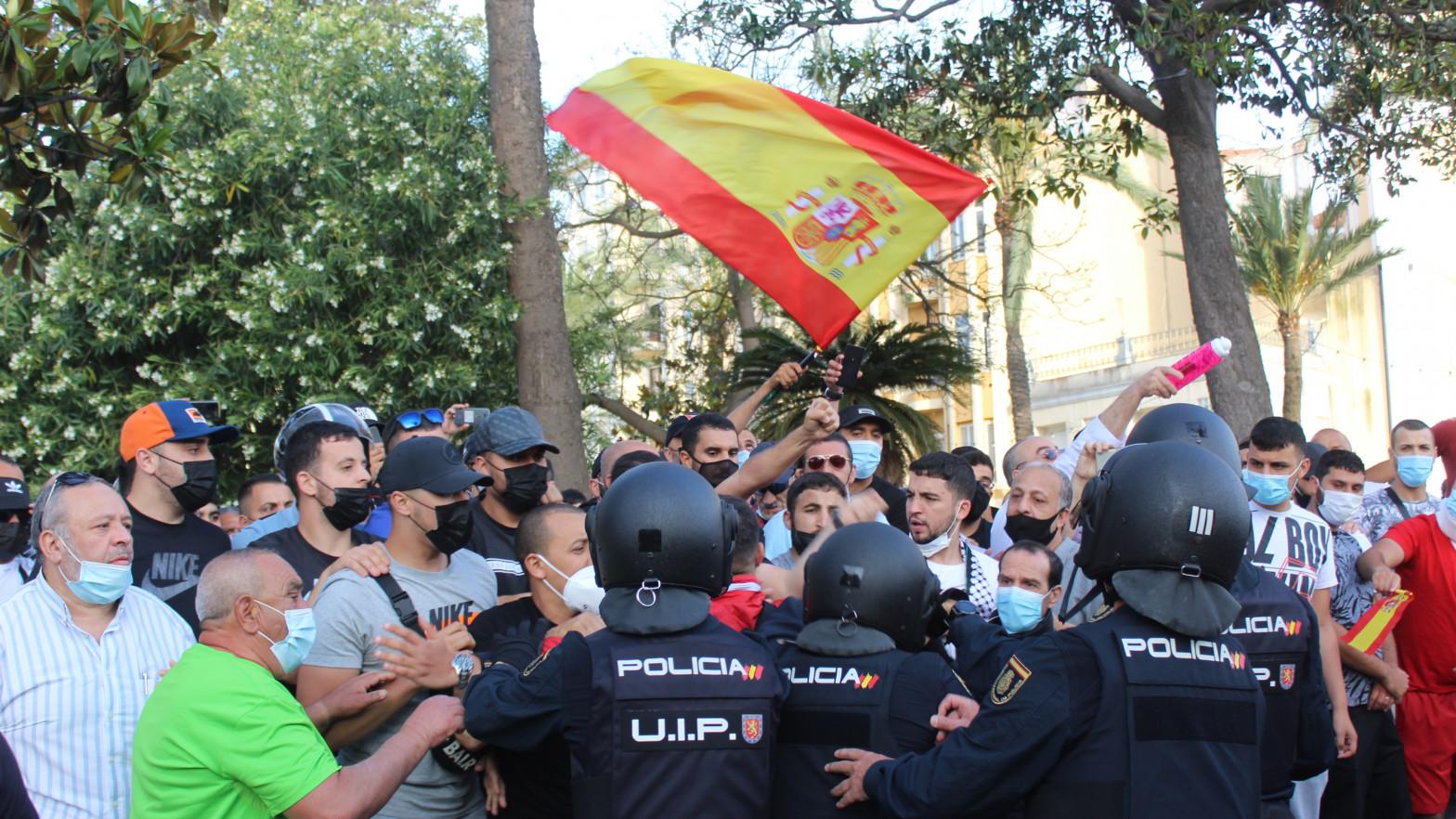 La Policía controla a un grupo de manifestantes con motivo de la presencia del presidente de Vox, Santiago Abascal, en Ceuta