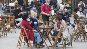 El uso de las mascarillas en espacios abiertos divide a las comunidades