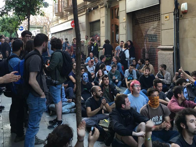 Condenan a un mosso a dos años de cárcel por agredir a un periodista en una protesta