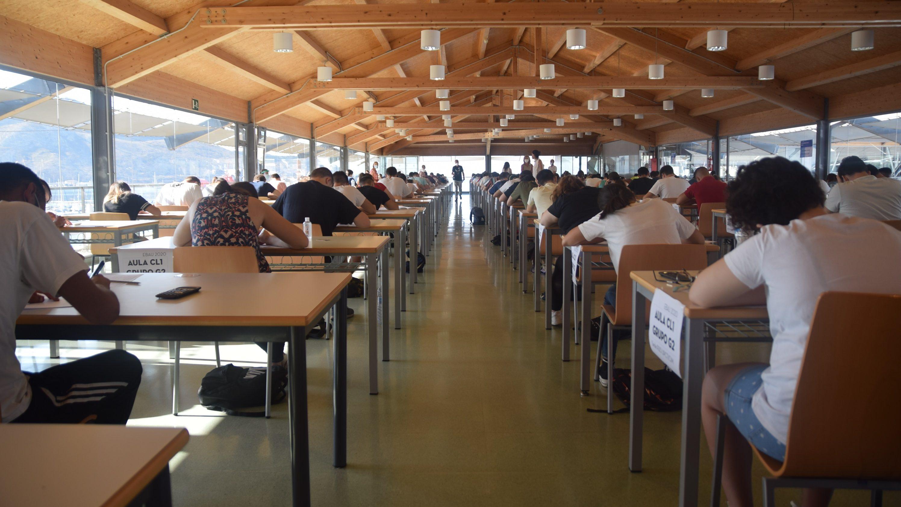 Alumnos haciendo el examen de la Ebau