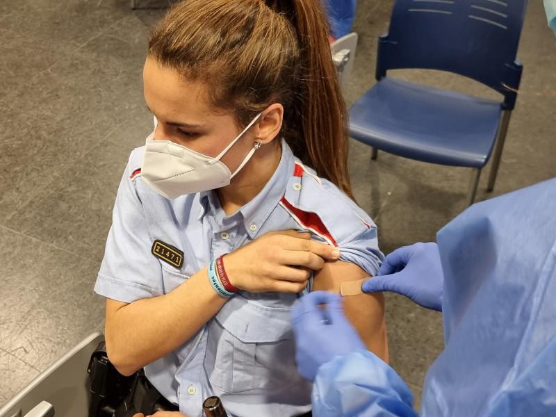 Un juez ordena a los Mossos investigar el retraso en vacunar a policías y guardias civiles