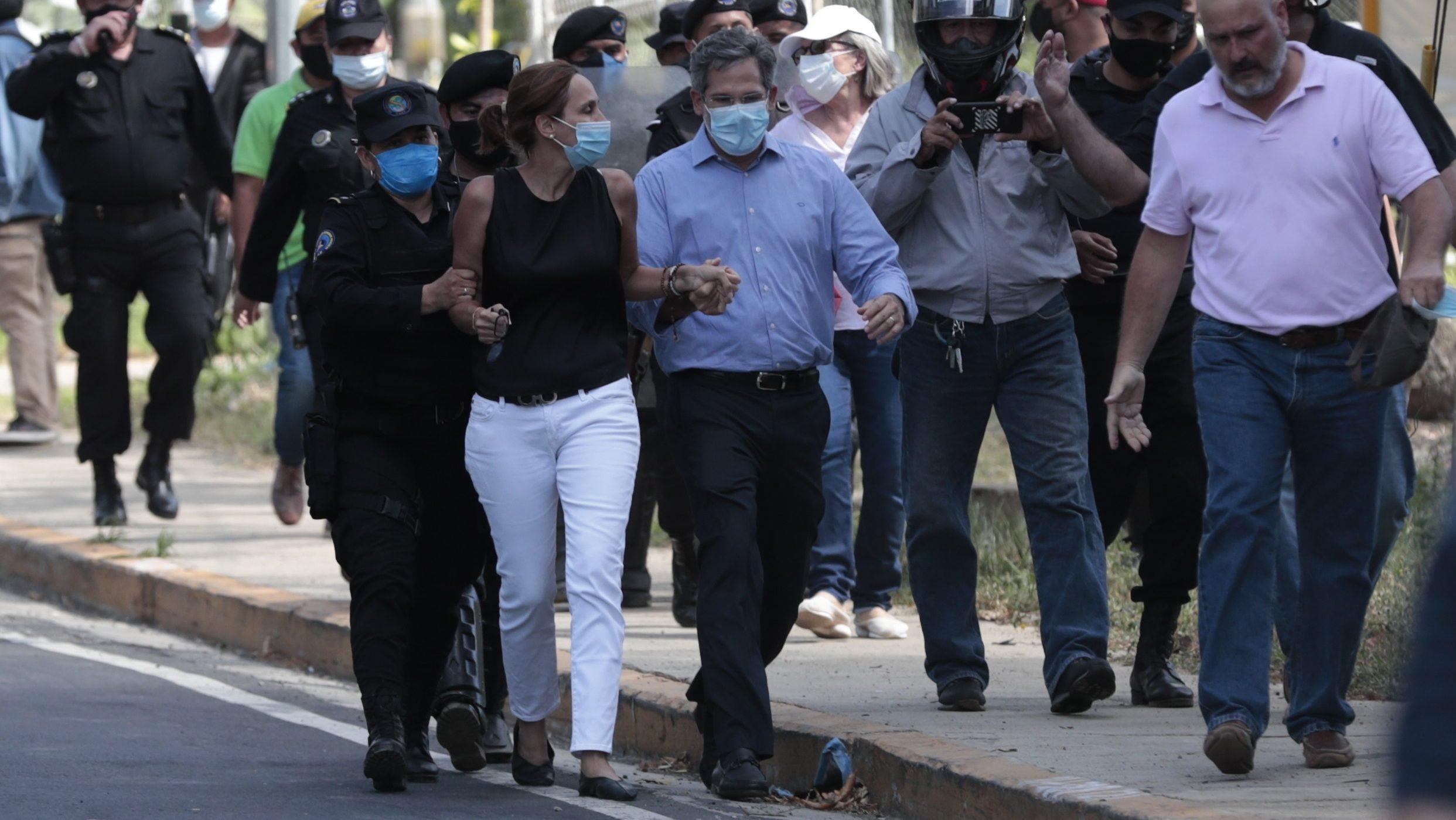 Familiares de la aspirante la presidencia Cristiana Chamorro son expulsados por agentes antimotines del perímetro de seguridad.