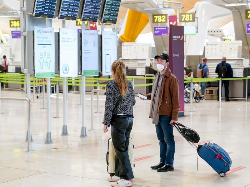 Bruselas avala la tesis de Ayuso y exige al Gobierno PCR negativas de los turistas