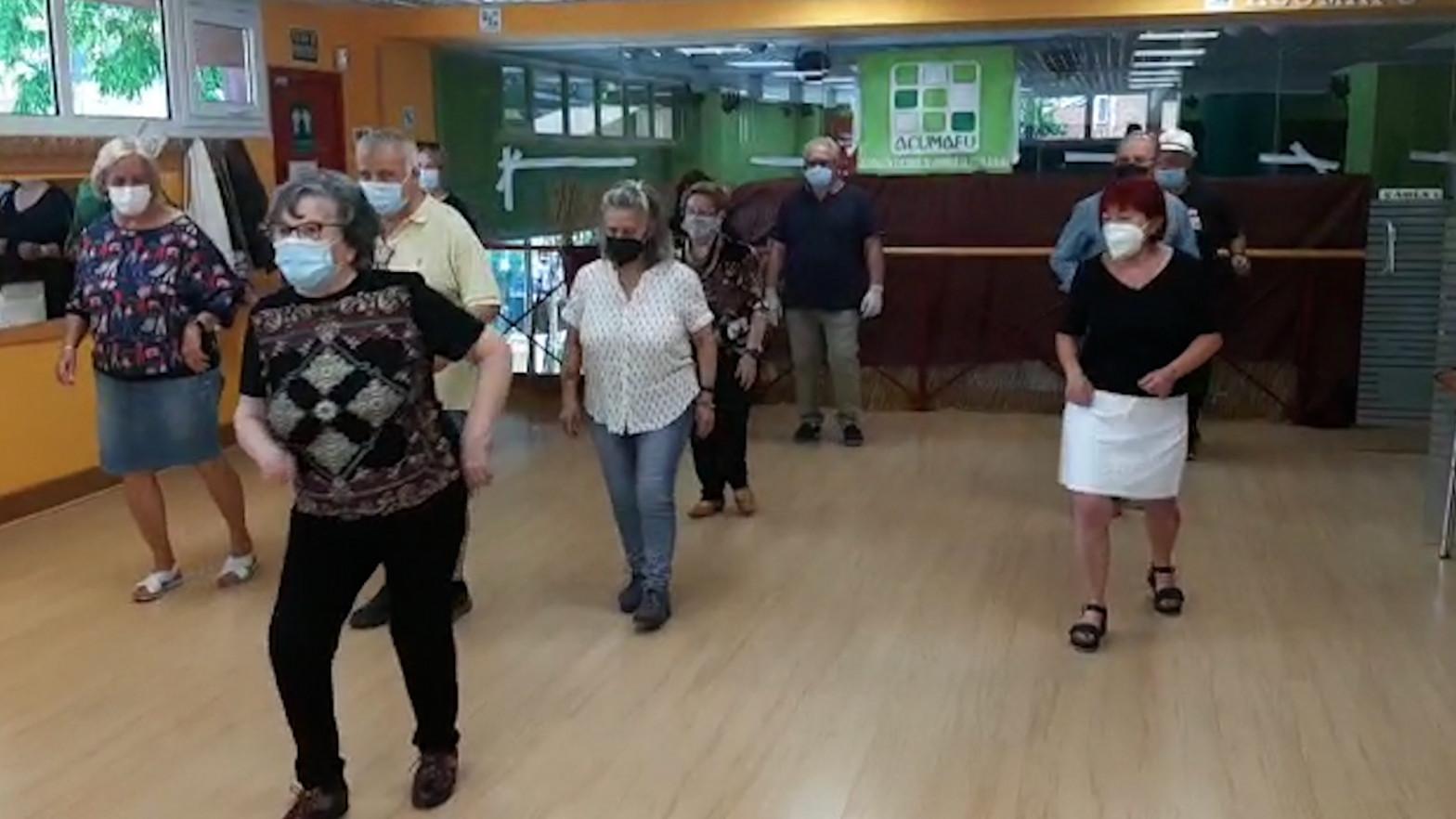 El guateque más esperado: 103 mayores (vacunados) vuelven a la 'discoteca' antes que sus nietos