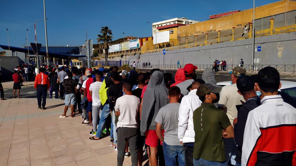 Redadas en el puerto de Ceuta para desalojar a inmigrantes de las escolleras