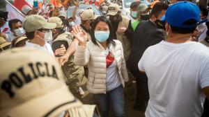 Los primeros resultados en Perú ponen en cabeza a Fujimori pero con un resultado muy ajustado