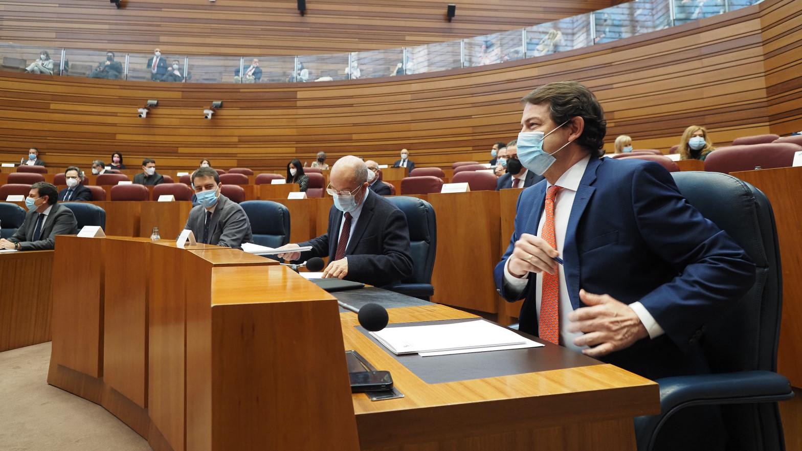 El vicepresidente de la Junta de CyL, Francisco Igea (c), y el presidente de la Junta de Castilla y León, Alfonso Fernández Mañueco (d)