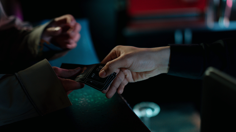 Un usuario entregando sus entradas para un concierto.