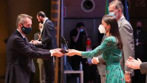 Marc Murtra recibe el premio de manos de los Reyes.