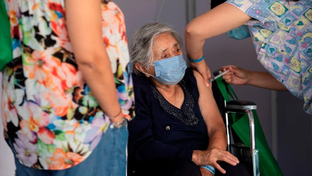 La paradoja de Chile: la covid sigue disparada con más de la mitad de la población vacunada