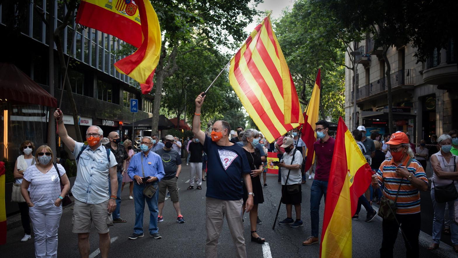 Unas 300 personas se concentran en Barcelona contra los indultos a los encarcelados del 1-O