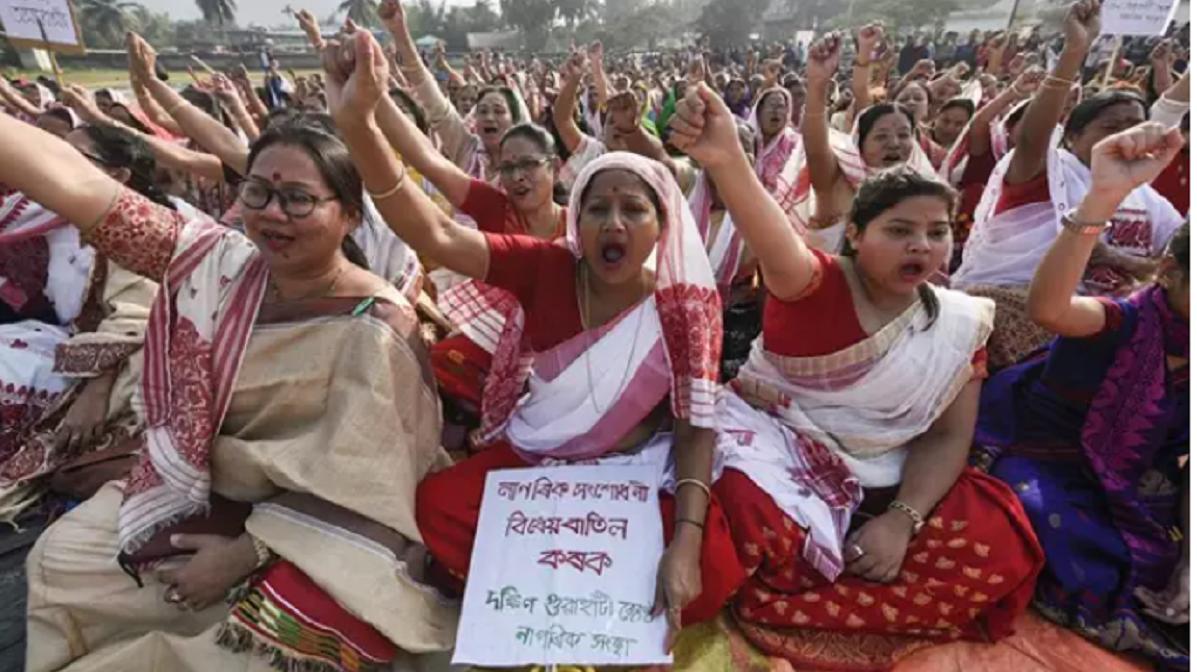 """Una mujer es obligada a marchar desnuda por un pueblo en la India como """"castigo"""" por una presunta infidelidad"""