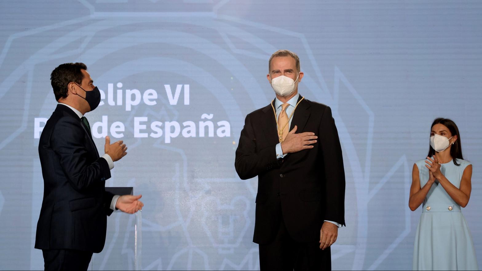 """El rey Felipe VI recibe la Medalla Honorífica de Andalucía """"como un abrazo de todos los andaluces"""""""