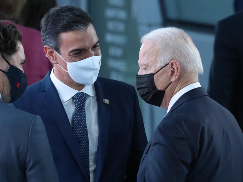 Pedro Sánchez aborda a Joe Biden.