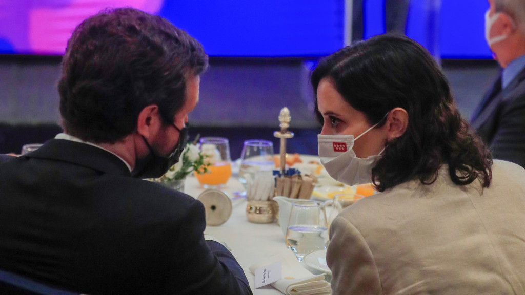 """Ayuso asegura que Casado piensa como ella: Sánchez busca ponerle """"una trampa"""" al Rey con los indultos"""