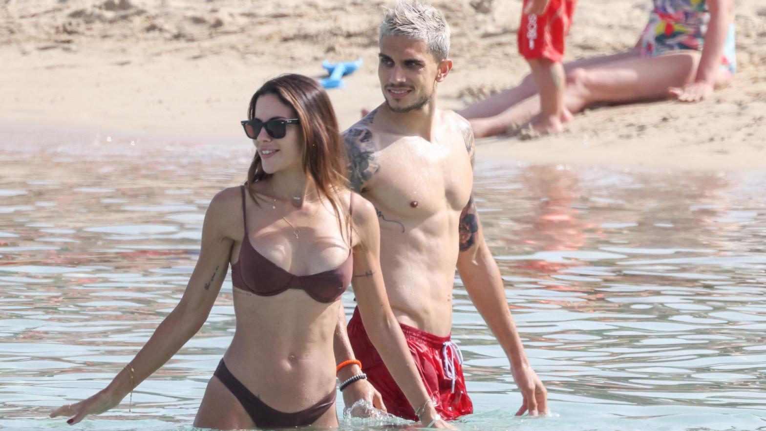 Melissa Jiménez y Marc Bartra, besos y pasión en las aguas de Ibiza